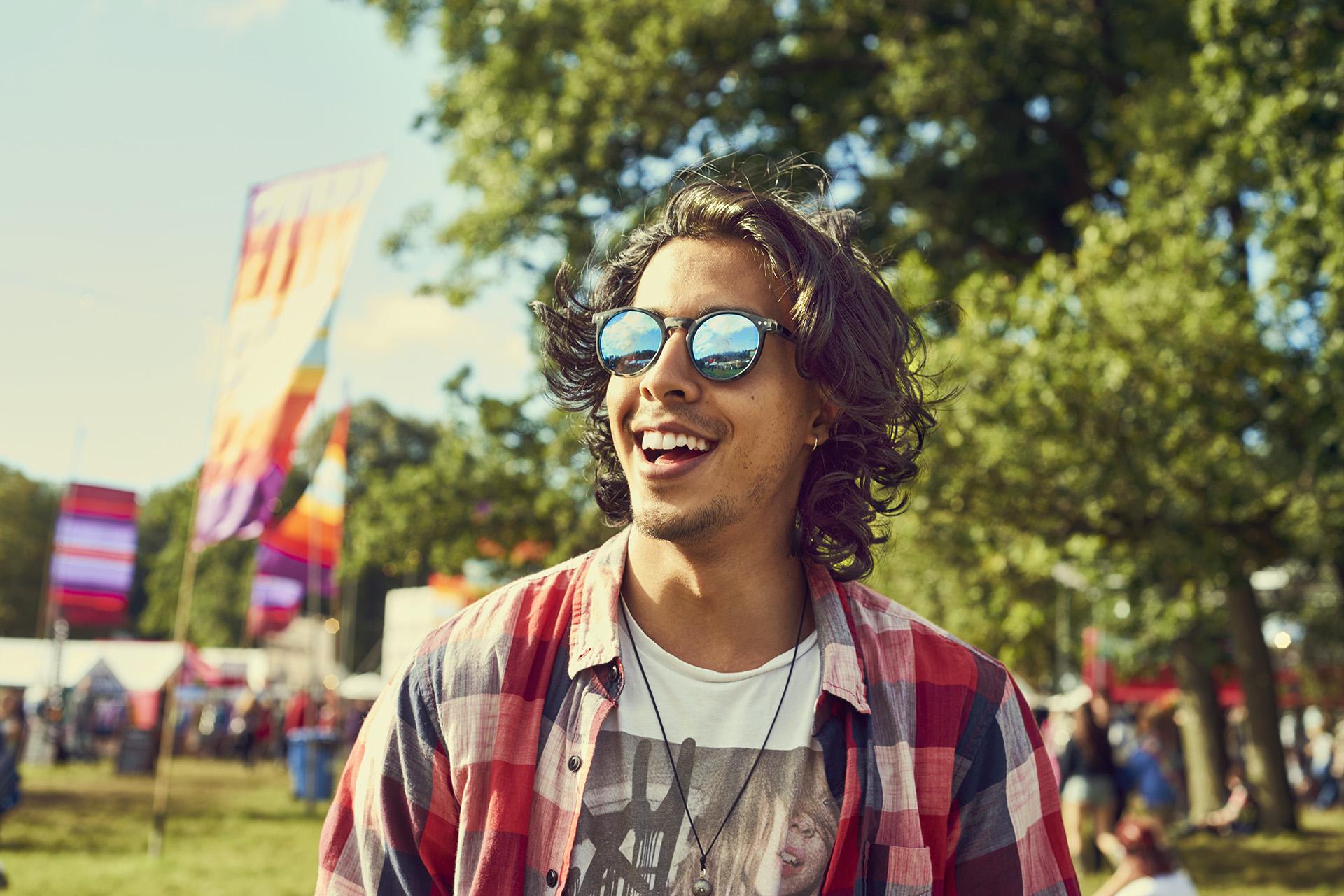 Mann bei einem Festival